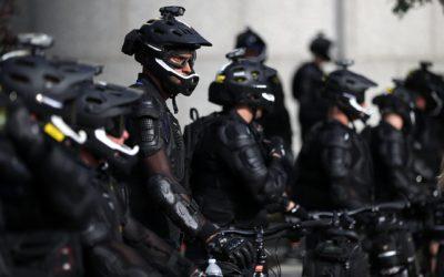 I nuovi cavalieri: come la polizia antisommossa americana ha abbracciato la bicicletta